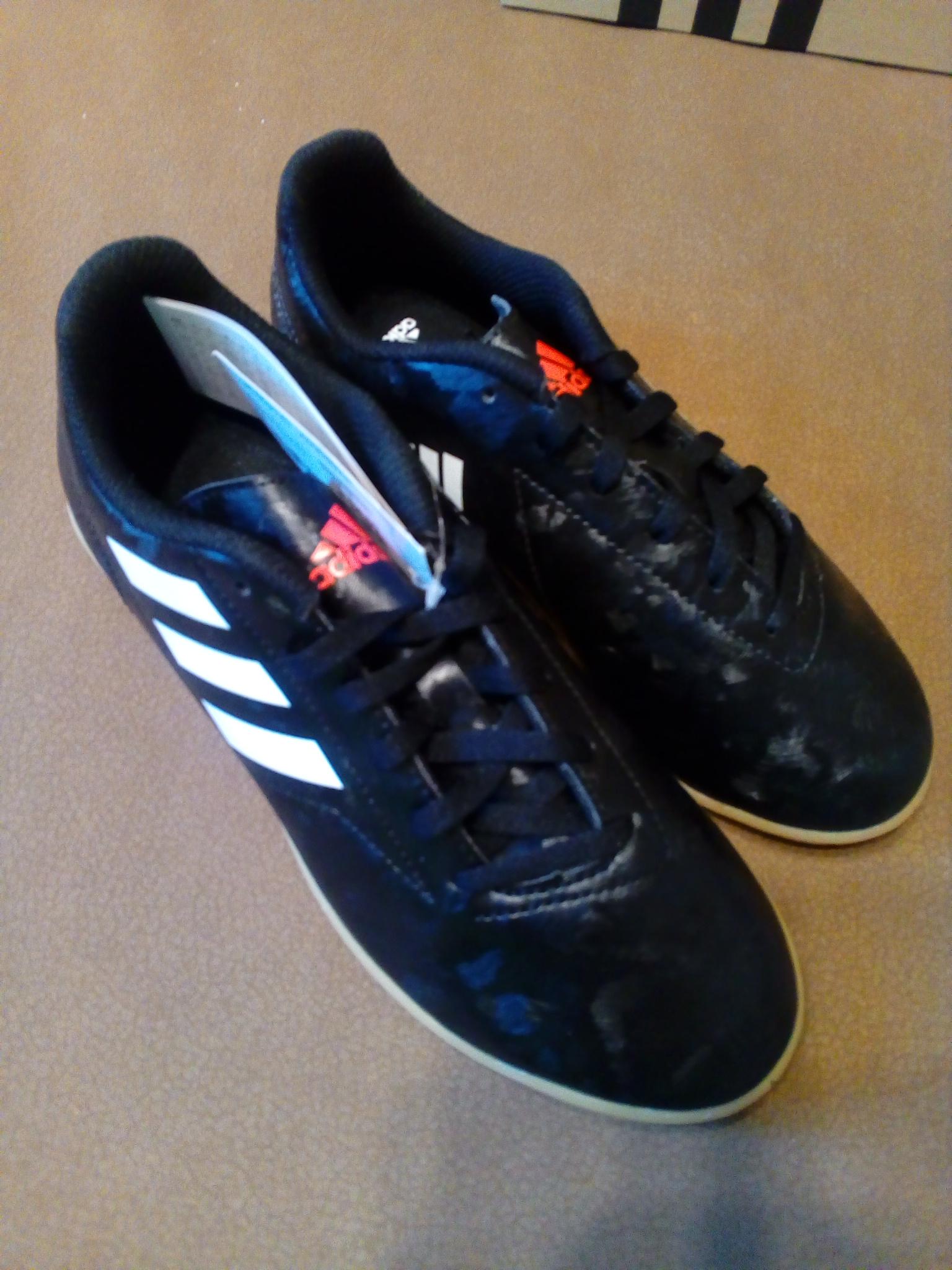 Foto des unpaars Adidas Sportschuhe neu
