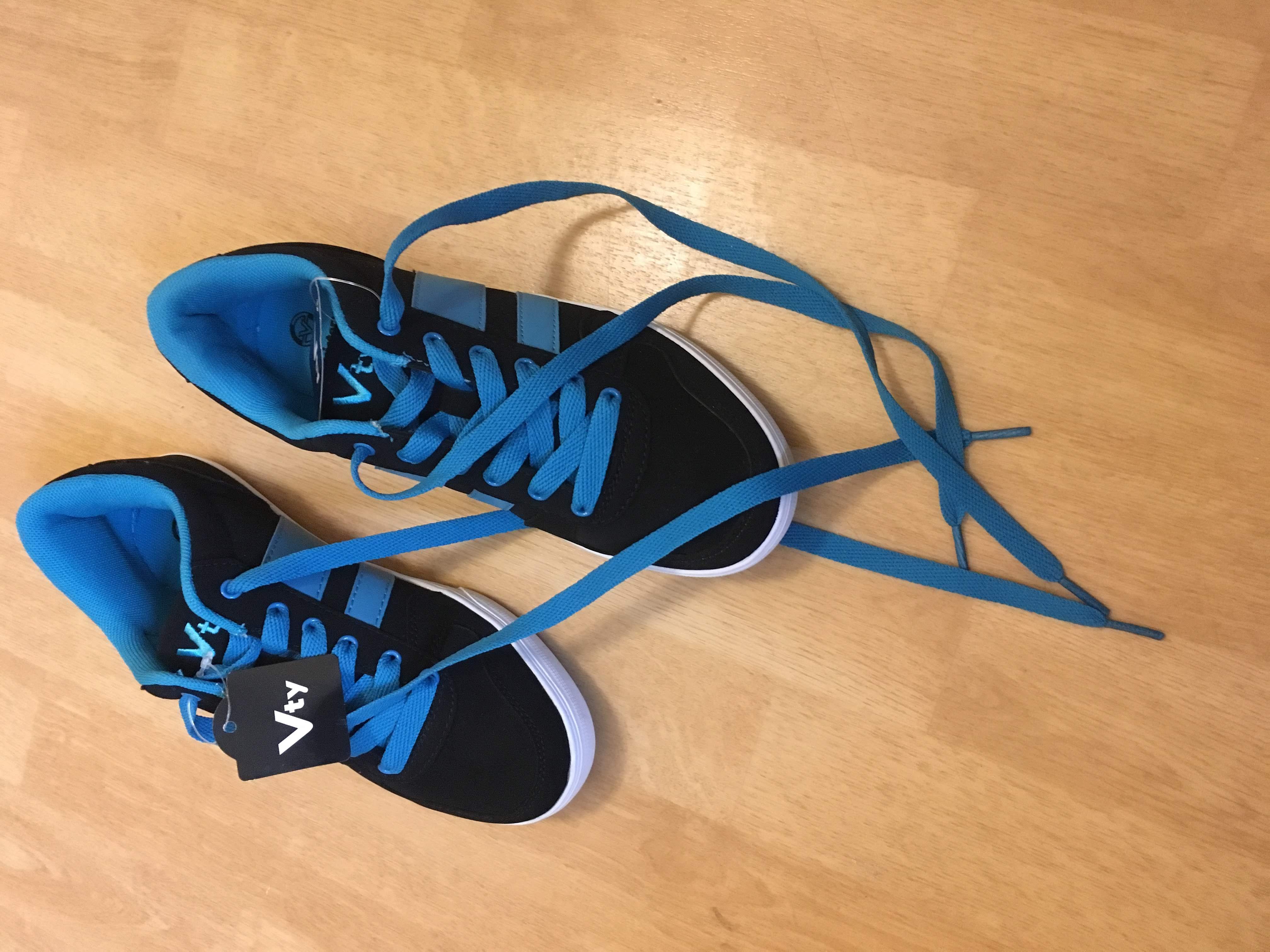 Skaterschuhe, links 37, rechts 36, schwarz mit blau