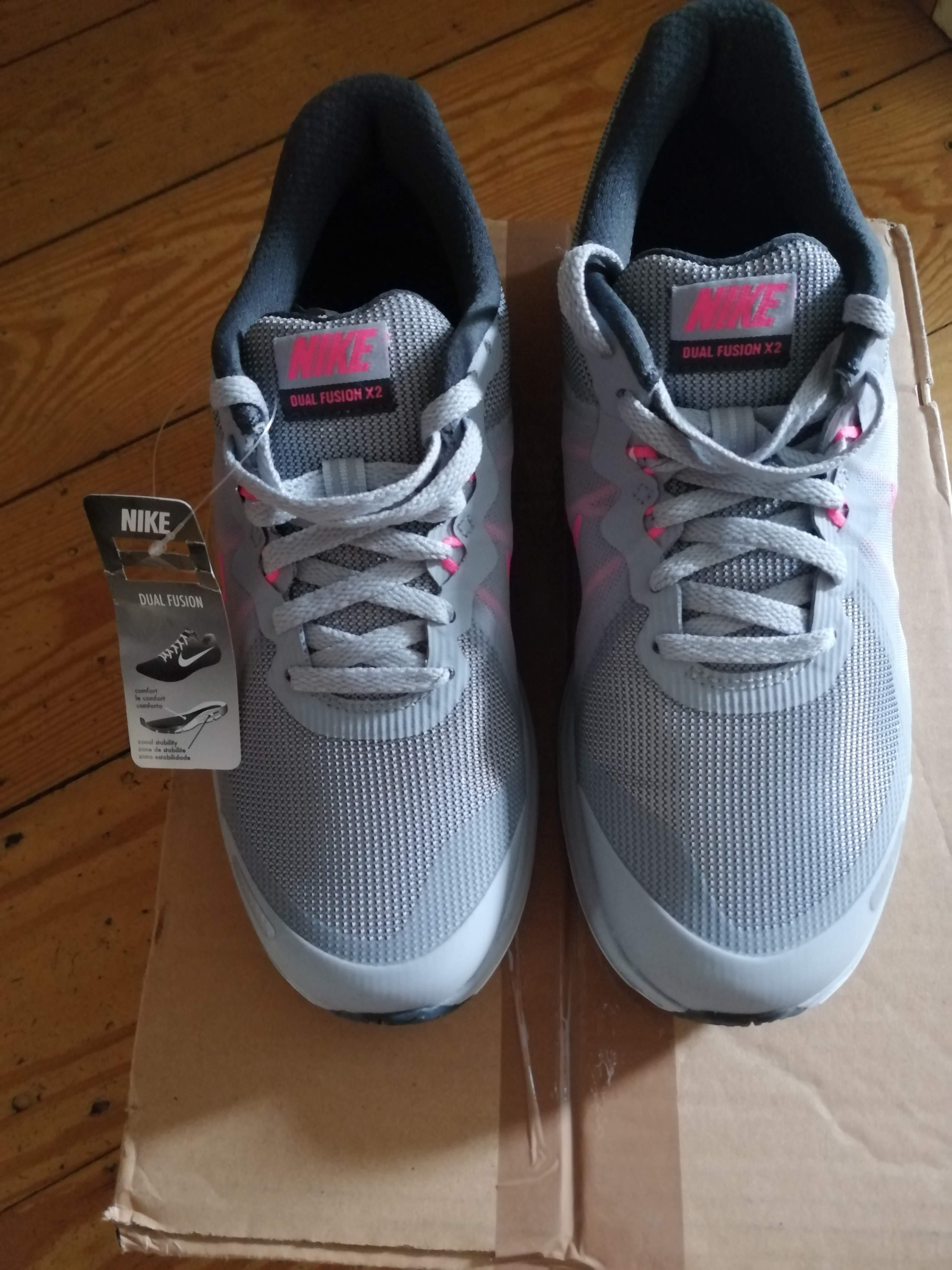 Neu: Nike Damen Laufschuhe, 37,5 (rechts), 40 (links)