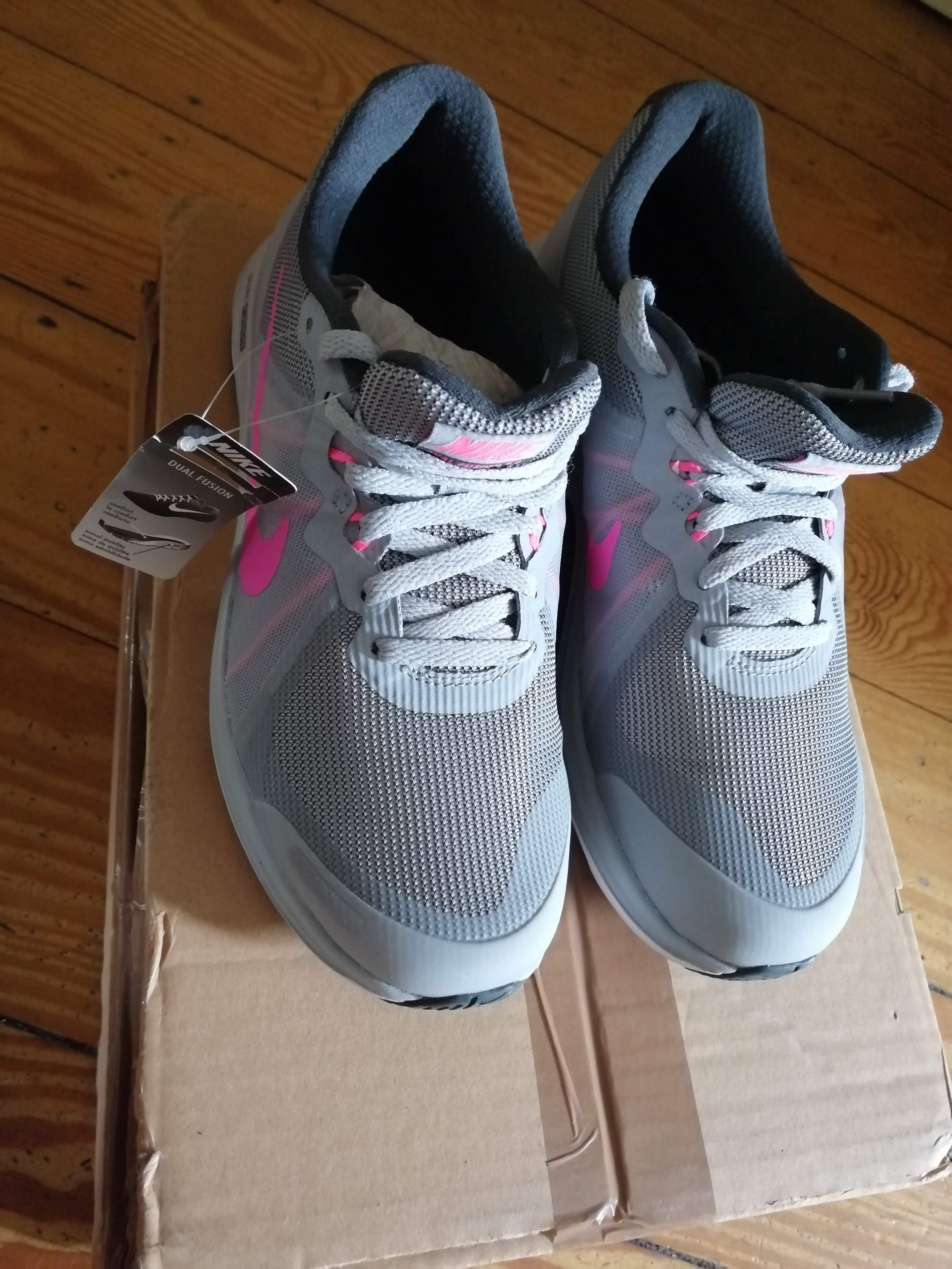 Bild Nummer 2 von Neu: Nike Damen Laufschuhe, 37,5 (rechts), 40 (links)