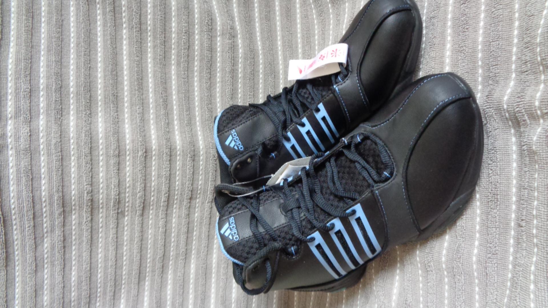 Foto des unpaars Sportschuh - Adidas