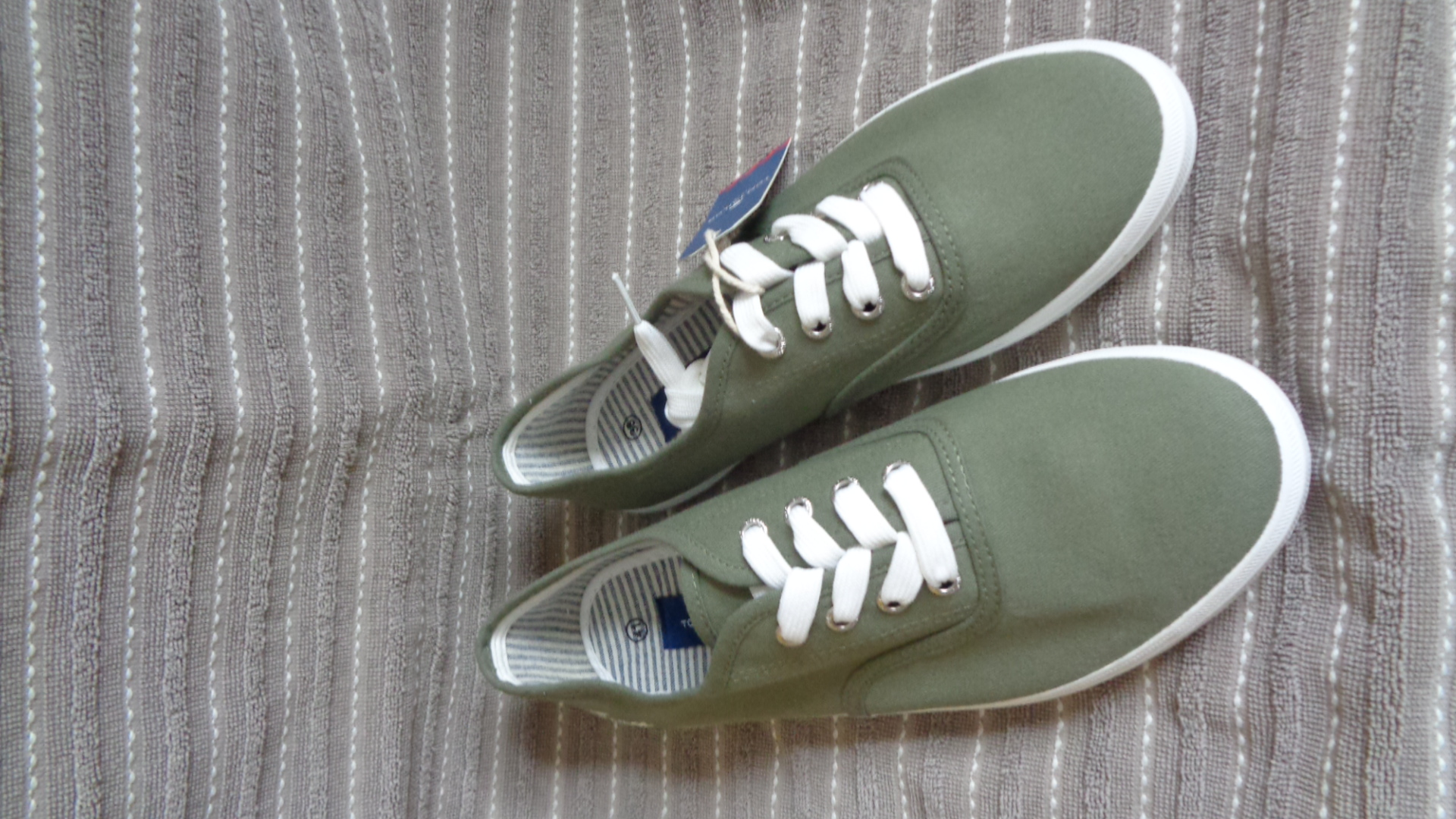 Foto des unpaars Schnürschuh Sommer - TomTailor olivgrün-weiß